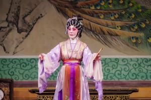 圖三及圖四為鳴芝聲劇團兩位台柱蓋鳴暉小姐及吳美英小姐於《龍鳳配》中演出。