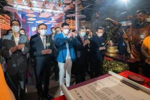 圖2︰東華三院主席譚鎮國先生(前排中)帶領辛丑年董事局成員及嘉賓進行天后賀誕參神儀式,祝願香港繁榮安定。