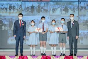 圖一為東華三院主席兼名譽校監譚鎮國先生(左一)陪同主禮嘉賓教育局局長楊潤雄太平紳士(右一)頒發畢業證書予畢業學生代表。