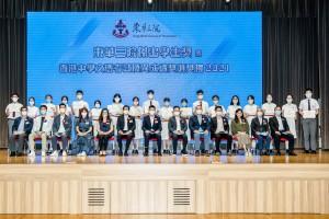 圖一:東華三院主席兼名譽校監譚鎮國先生(前排左七)及董事局成員與「東華傑出學生獎」中學組得獎同學合照。