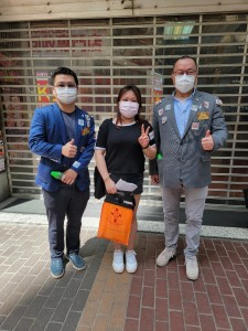 圖六至十五為東華三院董事局各成員為賣旗義工學生打氣,並與同學合照。