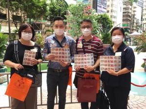 圖六至十四為東華三院董事局各成員為賣旗義工學生打氣,並與同學合照。