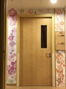 於花墟走廊內,多位長者親自以和諧粉彩裝飾門框,除美觀外,亦讓長者更容易辨識自己的房間和方向。