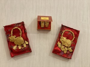在囍帖街走廊內,長者以輕黏土製作金豬牌及嫁女餅。