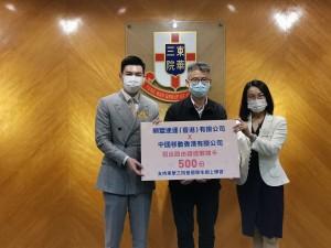圖一為東華三院主席譚鎮國先生(左)接受由順豐速運(香港)有限公司香港區總經理岑子良先生(中)及中國移動香港有限公司政企市場執行總監蘭麗小姐(右)的捐贈。