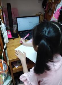圖二及三為東華三院學生獲得資助後,在家上網學習時的情況。