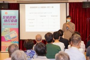 袁國勇教授與各長者及家屬分享疫苗注射知識,並鼓勵長者即場注射疫苗。