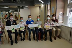 一眾嘉賓頒贈紀念品予已完成疫苗注射的長者。