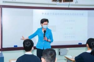 圖五為行政長官林鄭月娥參觀中四級公民與社會發展科課堂期間,親身向同學講解香港在「一國兩制」下的憲制地位。